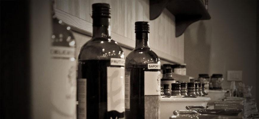 Verkauf und Verkostung von typischen Garda-Produkten mit Morelli-Öl und Essig